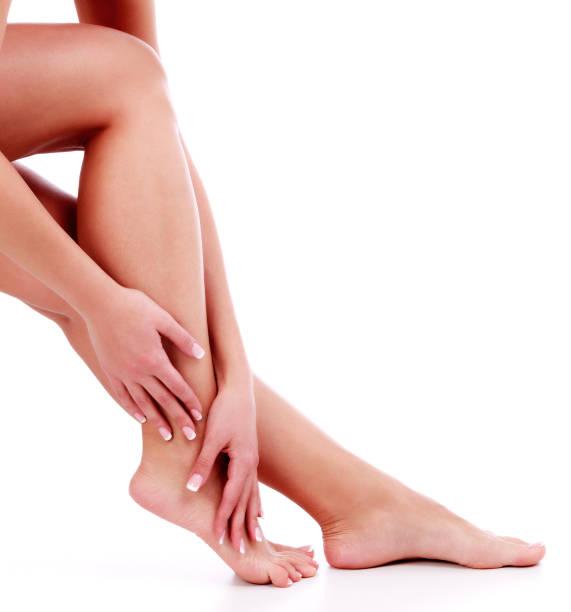 frau die beine und hände - bein make up stock-fotos und bilder
