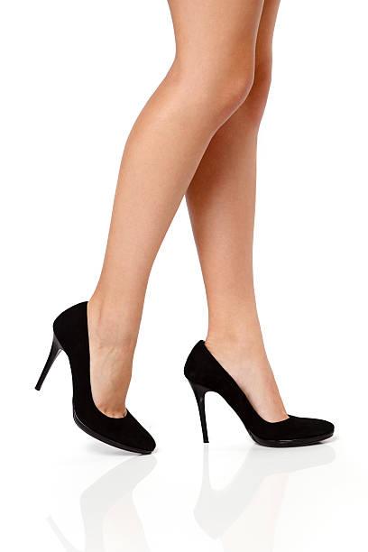 frau beine in schwarze high heels - schlanke waden stock-fotos und bilder