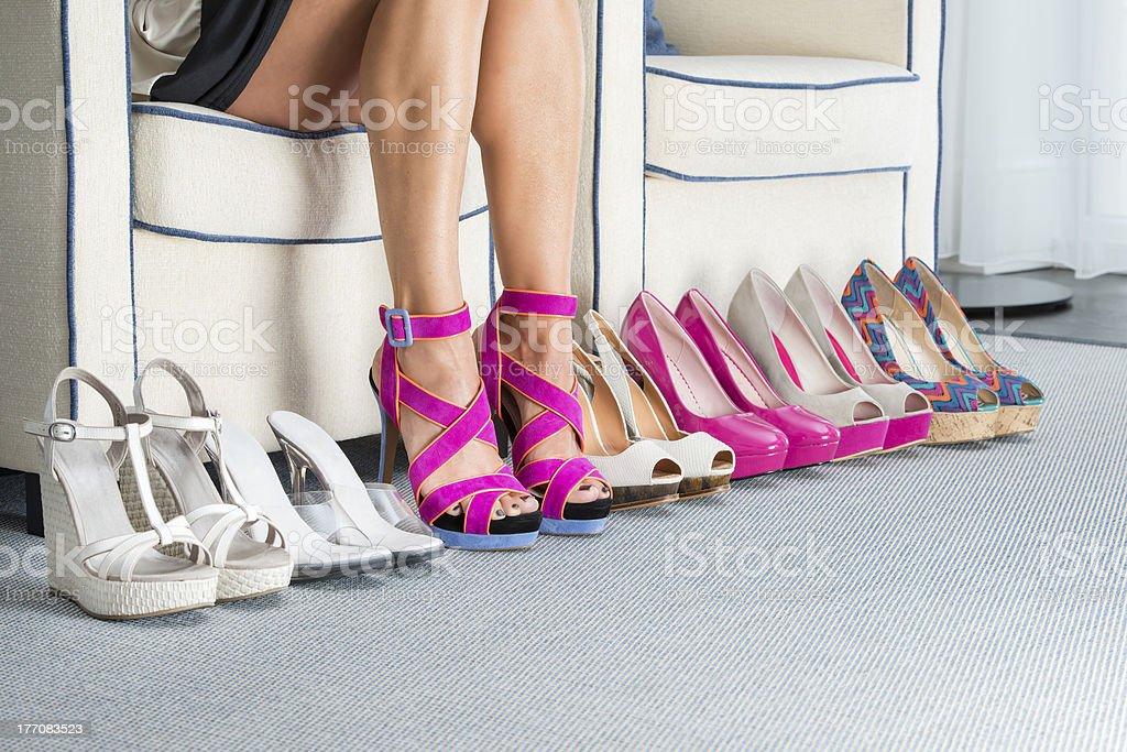 Mulher's pernas com vários sapatos de salto alto - foto de acervo