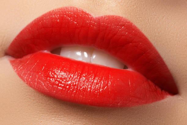 labios de la mujer con labios rojos. belleza y moda - labios rojos fotografías e imágenes de stock