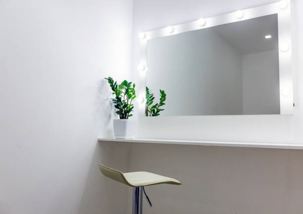 der platz der frau make-up mit spiegel und lampen - wandspiegel weiß stock-fotos und bilder