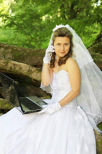 frau online-datum - hochzeitskleider online stock-fotos und bilder