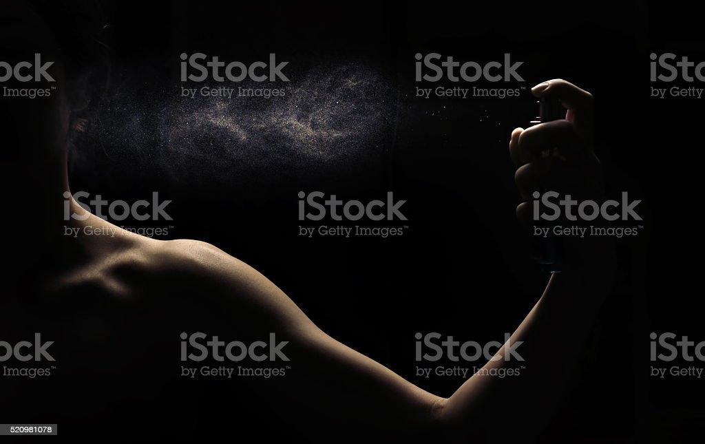 Mujer perfumes en la mano sobre fondo negro - foto de stock