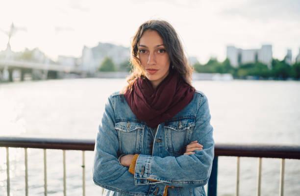 retrato da mulher em posição de londres no rio tamisa - standing out from the crowd (expressão inglesa) - fotografias e filmes do acervo