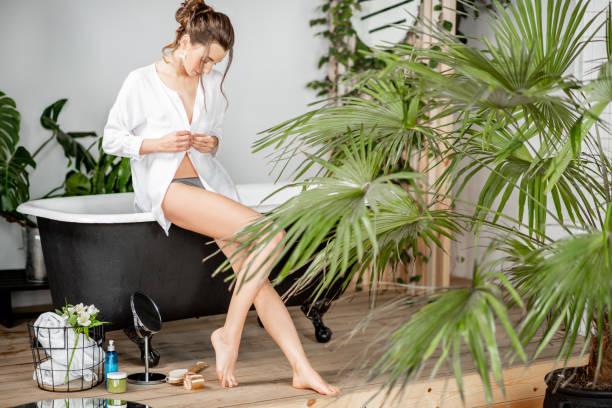 frauenporträt im badezimmer - bein make up stock-fotos und bilder