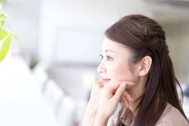 リラックスして女性のプロフィール - 女性 横顔 日本人 ストックフォトと画像