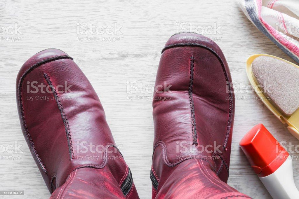 Mit Hellen Reinigungsset Lederstiefel Roten Auf Frau Dem 35Lc4RjqAS