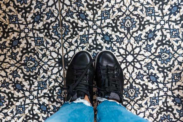 damen schuhe auf marokkanischer fliesenboden - küche deko blog stock-fotos und bilder