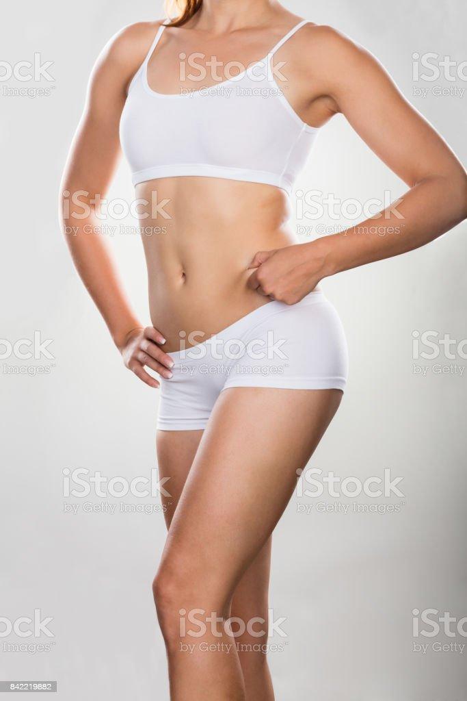 Estomac de la femme, pincer l'excès de gras - Photo