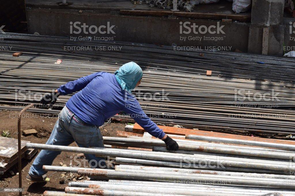 女人為男人工作的辛勞 - 免版稅一個人圖庫照片