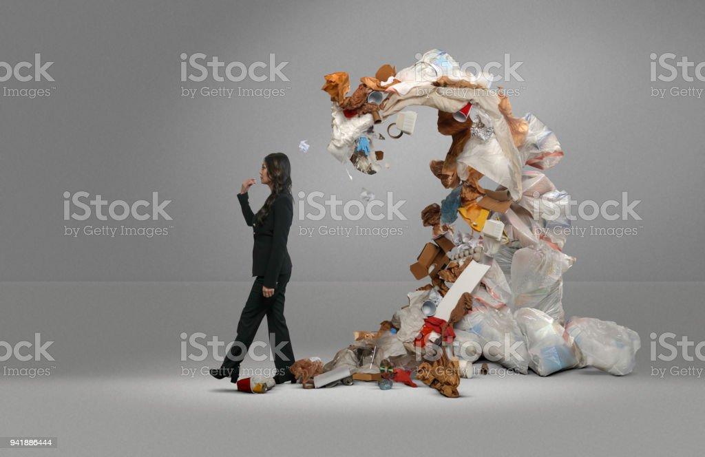 Lixo de mulher ameaça tampas la - foto de acervo