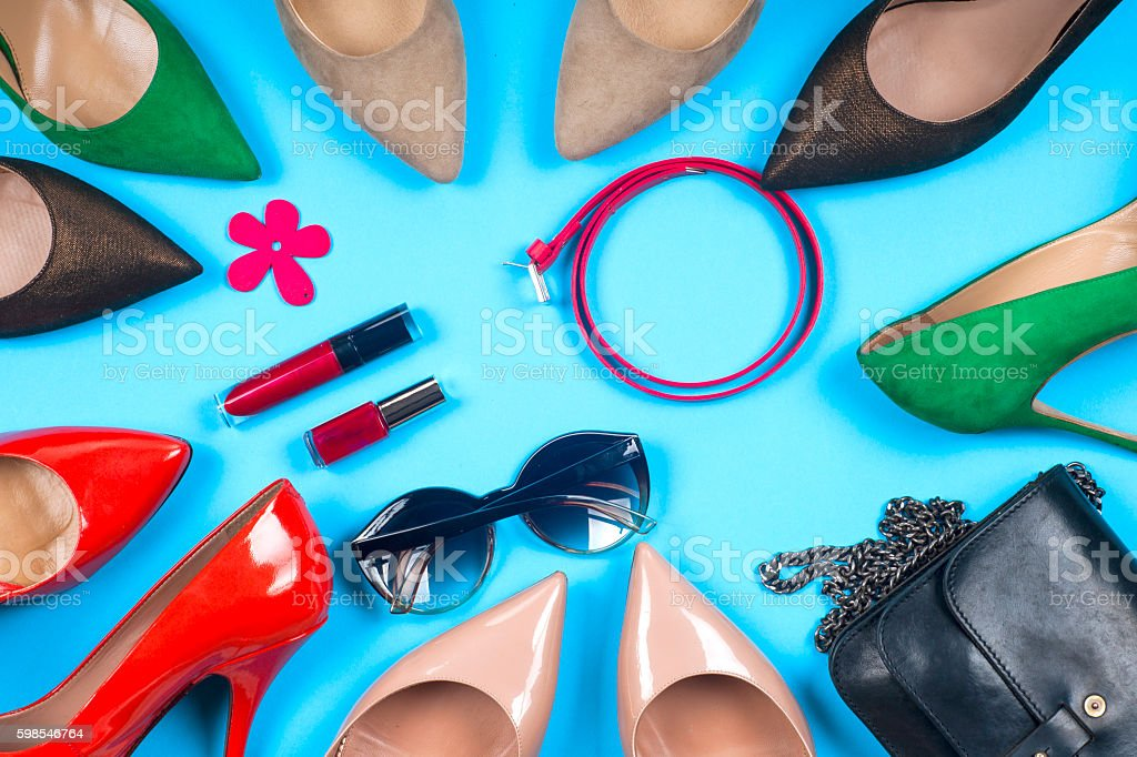 Women accessories and shoes on light background. Top view. photo libre de droits