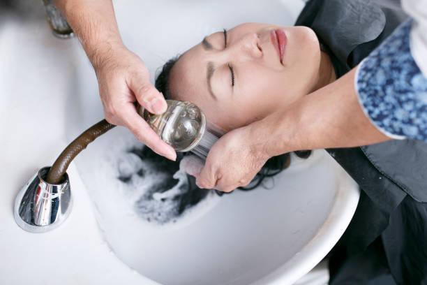 女性と美容サロンシャンプー - 美容室 ストックフォトと画像