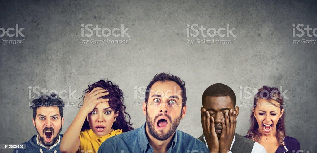 Frauen und Männer, die mit dem Ausdruck ihrer Wut, Verzweiflung, Schock – Foto