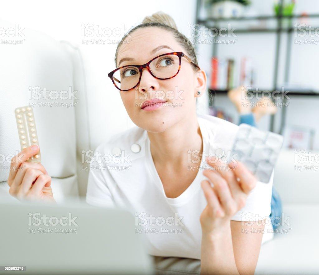 Mulheres e pílulas que ela pensa sobre sua saúde - foto de acervo