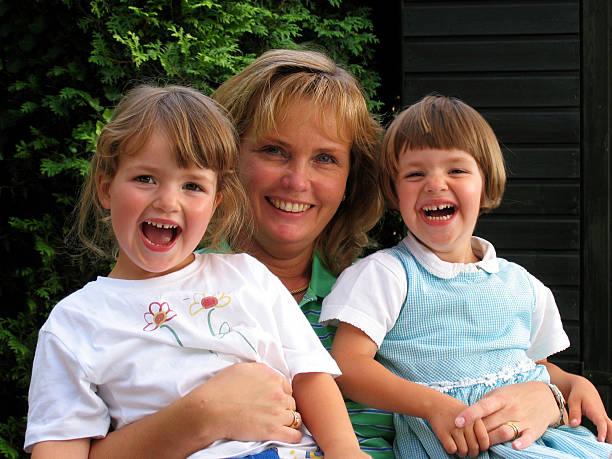 frauen und twins - siamesische zwillinge stock-fotos und bilder