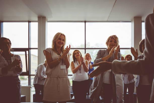 Frauen Beifall und standing Ovation am seminar – Foto