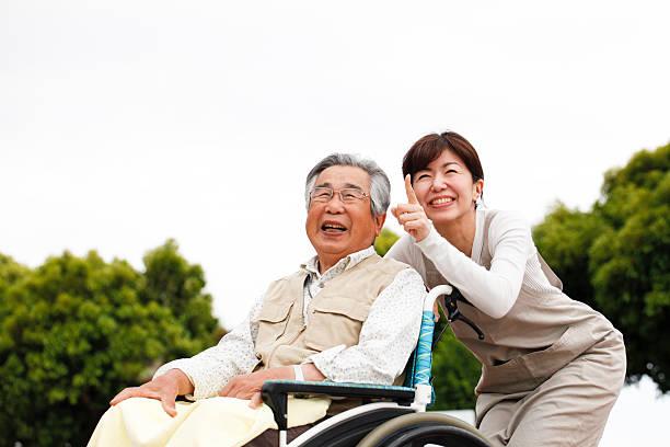 女性乗務員車椅子 - 高齢者介護 ストックフォトと画像