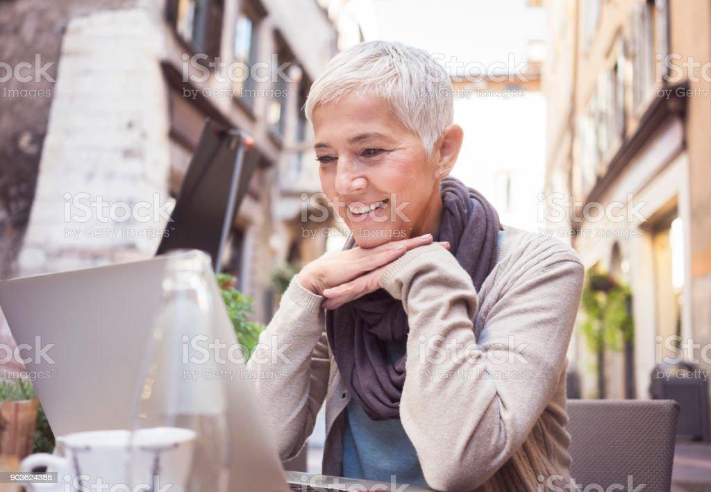 Frauen im Café im italienischen Kaffee genießen – Foto