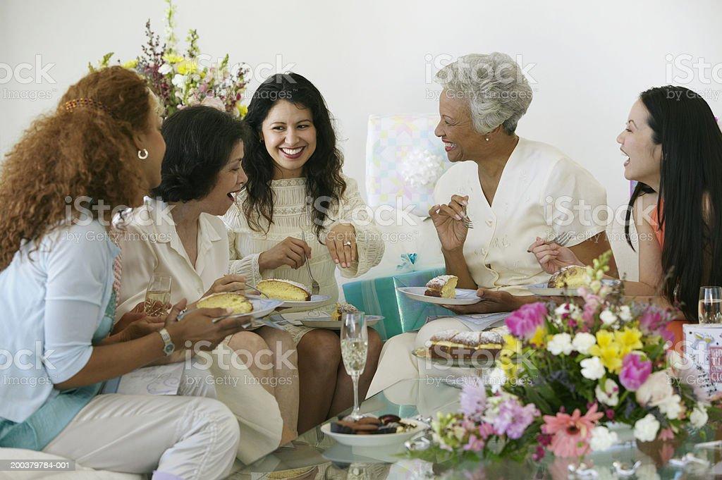 Frauen im Kreis, lächeln im Frau mit Verlobungsring – Foto