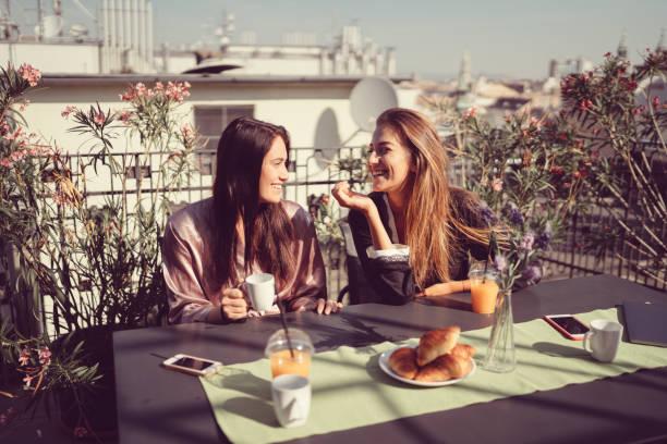 frauen auf der terrasse kaffee trinken und reden - genießen französisch stock-fotos und bilder