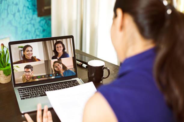Frauen, die von zu Hause aus an Einem Business-Videoanruf teilnehmen – Foto