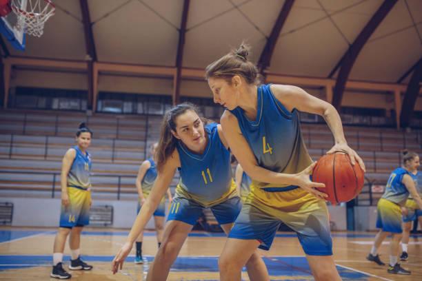 Mujeres Jóvenes Jugando Baloncesto