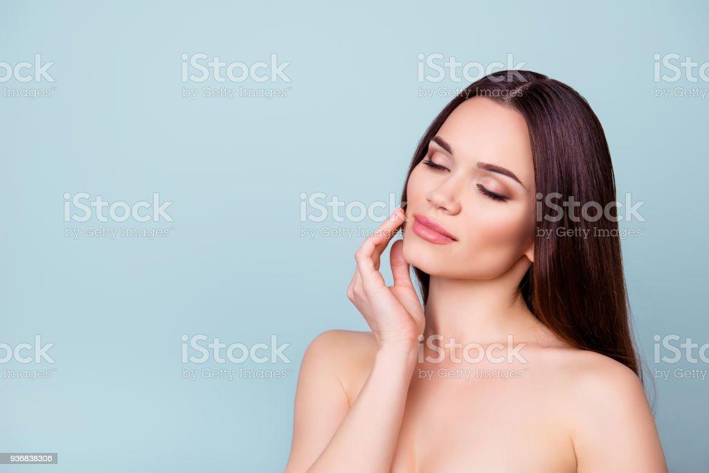 Kvinnor skönhet och hälsa, välbefinnande koncept. Ung brunett dam vidrör försiktigt sin attraktiva frisk slät hud bildbanksfoto