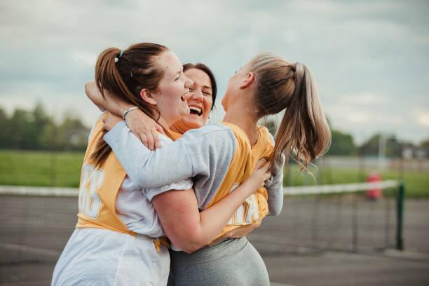 mulheres que lig antes de um jogo do netball - girl power provérbio em inglês - fotografias e filmes do acervo