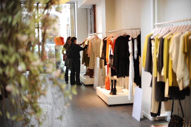 women boutique dress shopping in paris france - kledingwinkel stockfoto's en -beelden