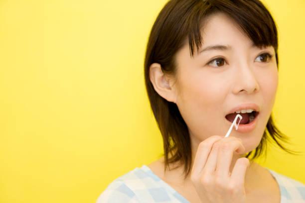 as mulheres escovam os dentes - escova interdental - fotografias e filmes do acervo