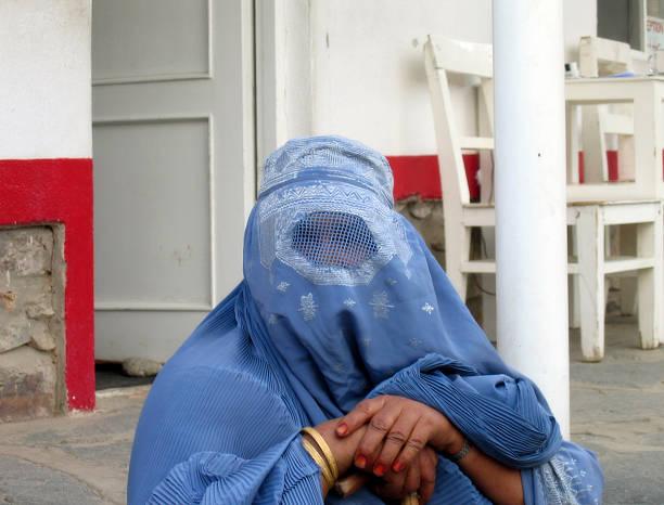 frauen burka - burka stock-fotos und bilder