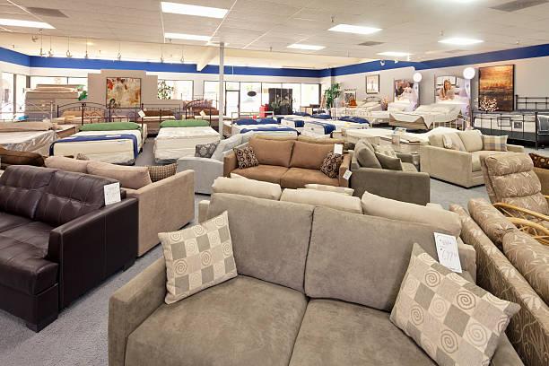 femme acheter un nouveau mobilier - ameublement photos et images de collection