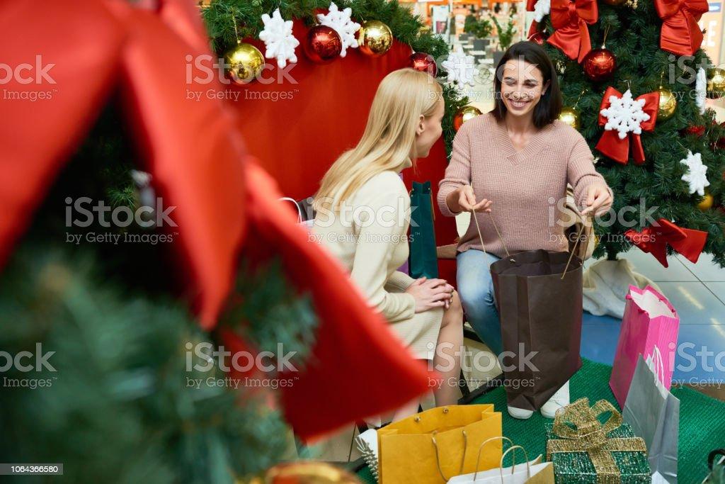 Frauen Geschenke Weihnachten.Frauen Geschenke Zu Weihnachten Kaufen Stockfoto Und Mehr