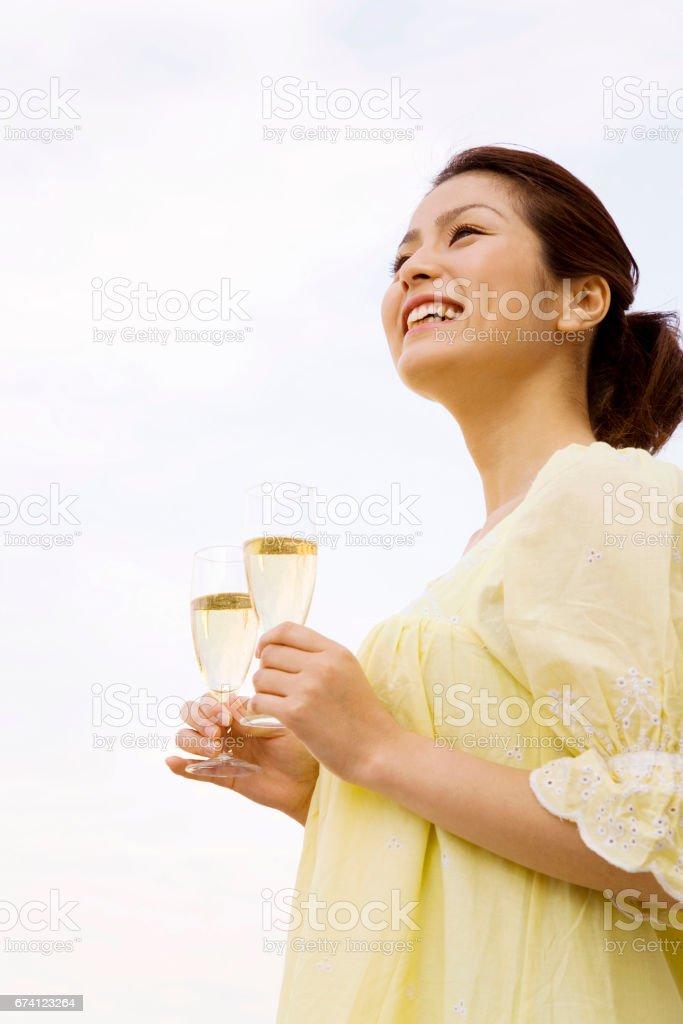 婦女攜帶喝一杯 免版稅 stock photo