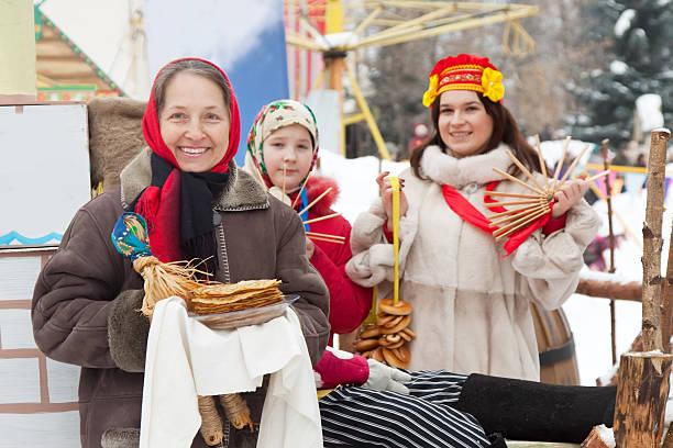 frauen feiert shrovetide - russisch hallo stock-fotos und bilder