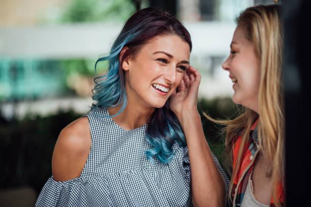 vrouwen chatten op sociale evenement - gekleurd haar stockfoto's en -beelden