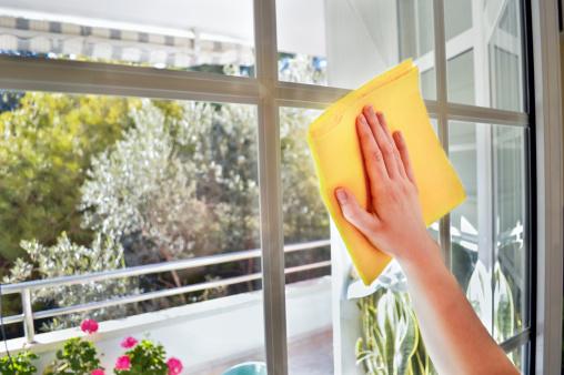 Mujeres Limpieza Una Ventana Foto de stock y más banco de imágenes de Adulto