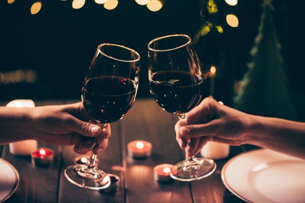 Frauen, die Gläser klirren, über Tisch serviert – Foto