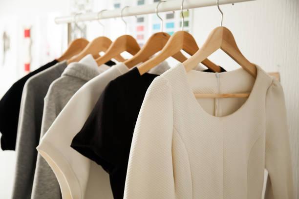 frauen kleider hängen kleiderbügel kleiderstangen, mode design - geschäftskleidung stock-fotos und bilder