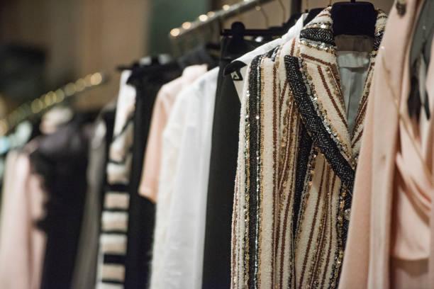 femmes vêtements sur cintres dans un magasin à milan - défilé de mode photos et images de collection
