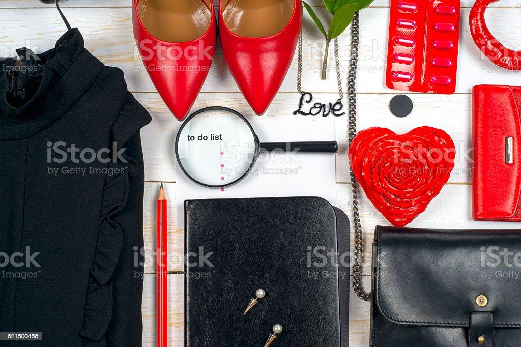 Damen Kleidung und Accessoires, die auf weißer hölzerner Hintergrund. Lizenzfreies stock-foto