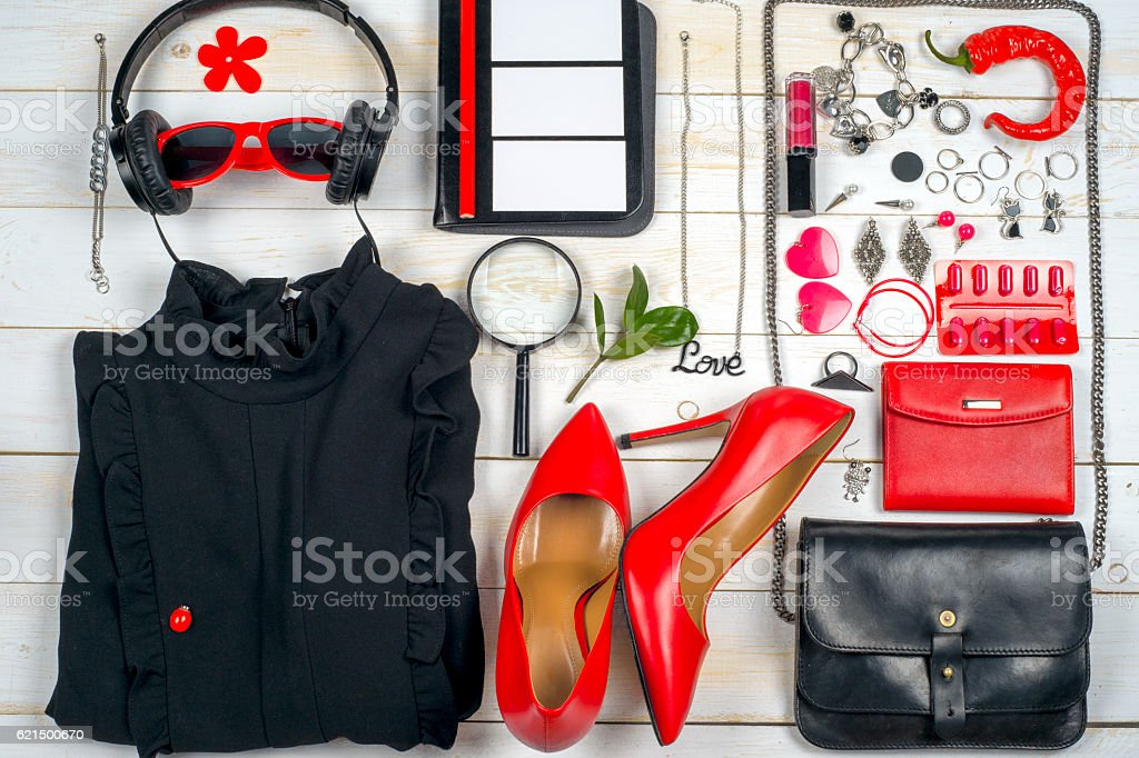 Ensemble de vêtements et d'accessoires pour femme sur fond de bois blanc. photo libre de droits