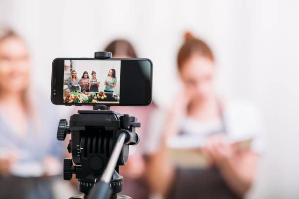 women cooking hobby culinary blog video smartphone - statyw zdjęcia i obrazy z banku zdjęć