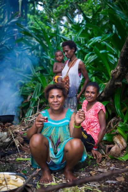 frauen kochen heraus in madang, papua-neu-guinea - kochinsel stock-fotos und bilder