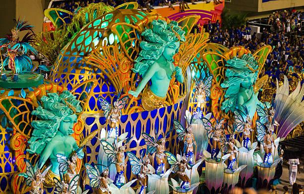 femmes danse dans sambadromo, rio de janeiro, brésil - carnaval de rio photos et images de collection