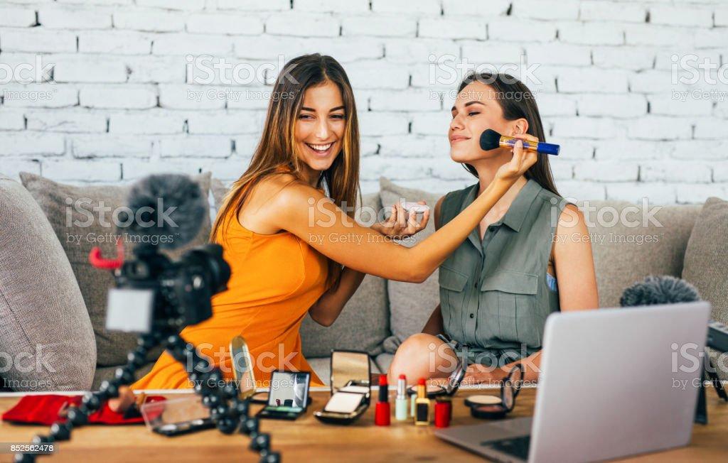 Mujeres haciendo un vlog de maquillaje - foto de stock