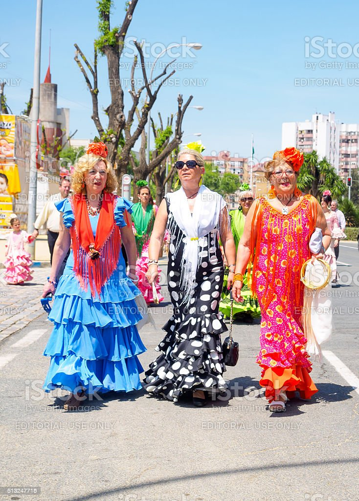 Mulheres vestidas em trajes tradicionais no da feira de abril em Sevilha foto royalty-free