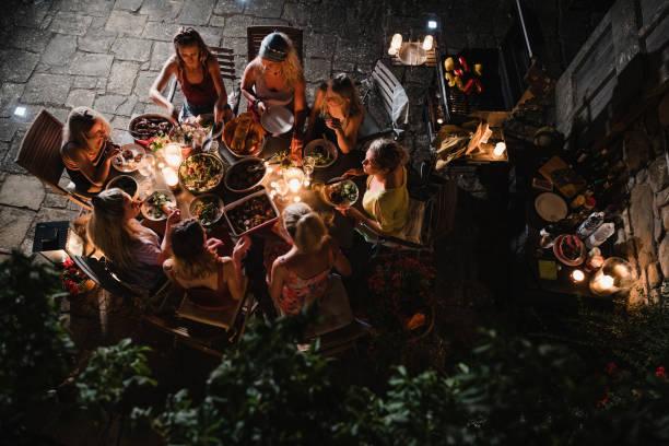 frauen essen al fresco in der toskana - ferienhaus toskana stock-fotos und bilder