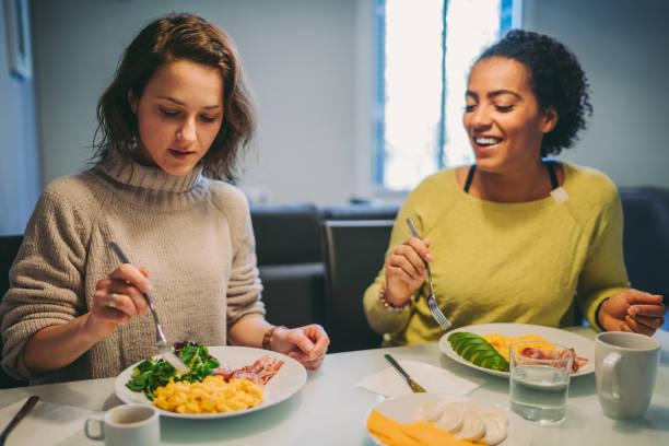 phụ nữ ăn sáng tại nhà - keto diet hình ảnh sẵn có, bức ảnh & hình ảnh trả phí bản quyền một lần